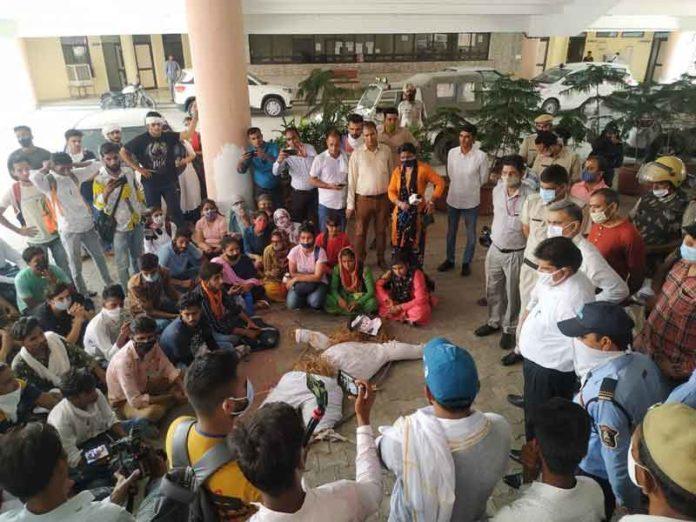 Students reached the university sachkahoon