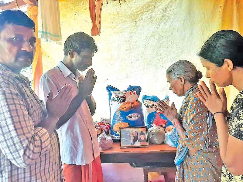 कर्नाटक (सच कहूँ न्यूज)। ब्लॉक मंगलौर की साध-संगत ने पावन महापरोपकार माह के उपलक्ष्य में 2 जरूरतमंद परिवारों को राशन बांटा।
