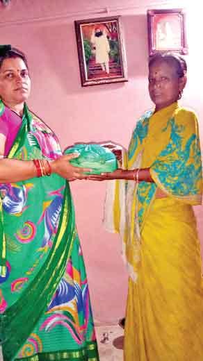 बिहार (सच कहूँ न्यूज)। ब्लॉक सहरसा की साध-संगत ने पूज्य गुरु संत डॉ. गुरमीत राम रहीम सिंह जी इन्सां के पावन महापरोपकार माह की खुशी में 55 जरूरतमंद परिवारों को राशन बांंटा।