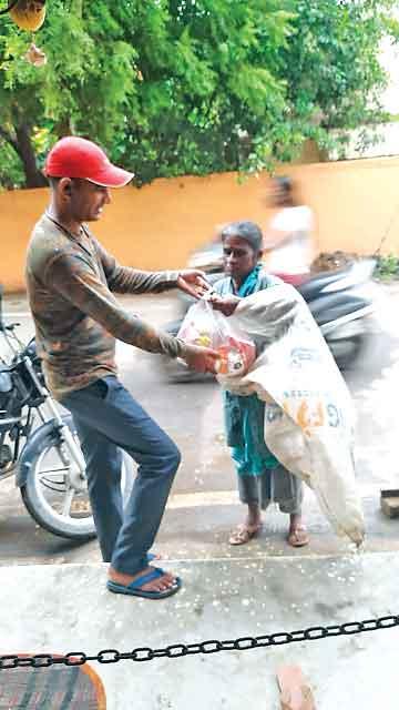 तमिलनाडू (सच कहूँ न्यूज)। ब्लॉक चेन्नई की साध-संगत ने 2 जरूरतमंद परिवारों को राशन बांटकर पावन महापरोपकार माह मनाया।