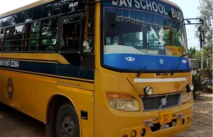 Tata Ace collided with school van sachkahoon